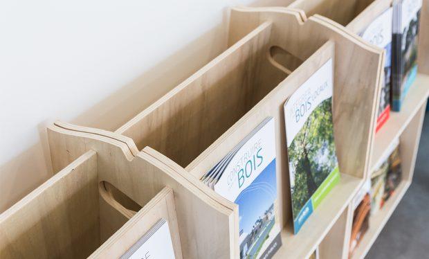 Recto/verso, créez des séparations avec notre présentoir porte-documents en bois
